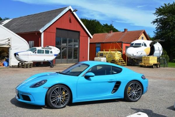 En junio estrenamos el Porsche 718 Cayman por las carreteras rurales del sur de Suecia. En un punto de la ruta nos topamos con una finca que tenía aviones viejos y partes de fuselajes. FOTOS: Andrés O'Neill, Jr.