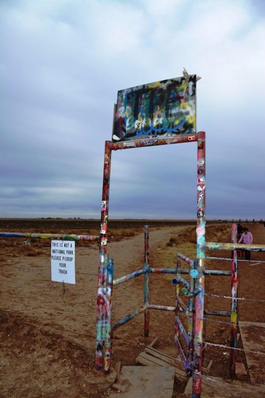 44b4f04029 Esta es la entrada a Cadillac Ranch: un simple portón que siempre está  abierto y cuyo andamiaje la gente se ha encargado de decorar.