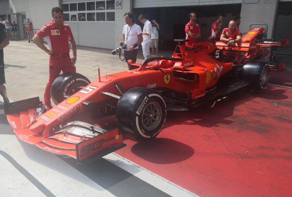 ferrari al gp di austria di f1 con la nuova ala posteriore