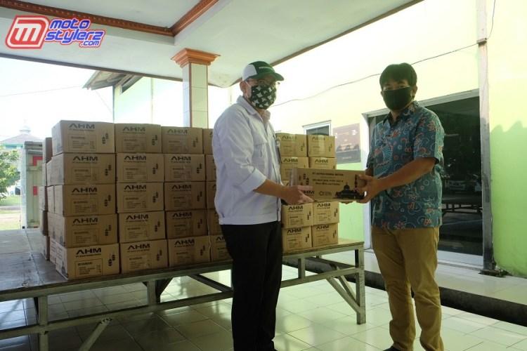 CSR Dept. AHM (Agus Subagja)- Menyerahkan Paket sembako Ramadhan Sehat Kepada Sekretaris Desa Danau Indah Ade Hendarjat