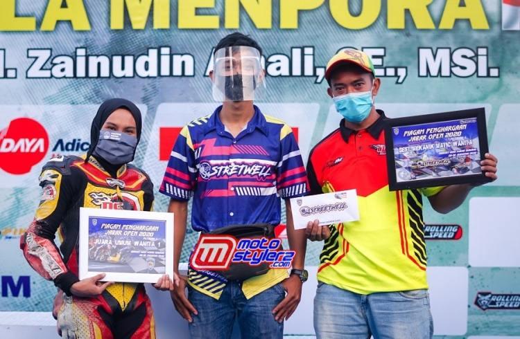 Fahmi (Tengah) Dari Management Street Well Menyerahkan Hadiah Juara Umum Kepada Fisichella KW & Speedco