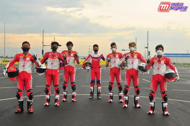 Rheza Danica Ahrens, Mario Suryo Aji, Irfan Ardiansyah, Delvintor Alfarizi, M. Adenanta Putra, Herjun Atna Firdaus, Lucky Hendriansya (Pebalap Astra Honda Racing Team)