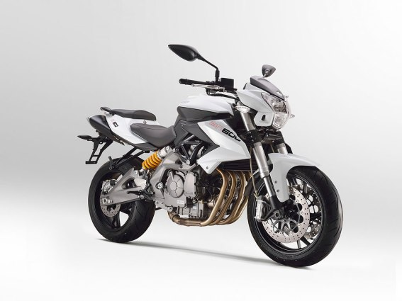 BN 600 BN 600 is not the same old 600. The heart of the BN600 is its innovative inline four-cylinder 4 stroke engine, liquid cooled double overhead camshaft and 4 valves for each cylinder. The engine, with electronic injection and four 38 mm throttle bodies delivers a power of 82 hp @ 11,500 rpm and mx torque of 52 Nm @ 10,500 rpm. A successful recipe conceived and developed meticulously over the years to get a smooth and compact engine to entertain even the less skilled riders.