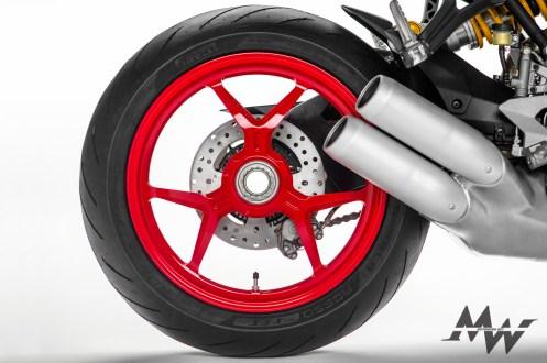 精美的單搖臂設計,將整顆鋁合金Y 型三輻輪轂展露無遺。