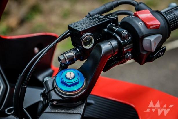 16年式新增了彈簧預載可調功能,騎士可依不同體重或路況做調整。