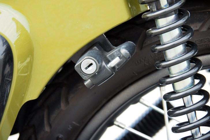 クロスカブ110にはヘルメットホルダーが採用されている。地味に便利