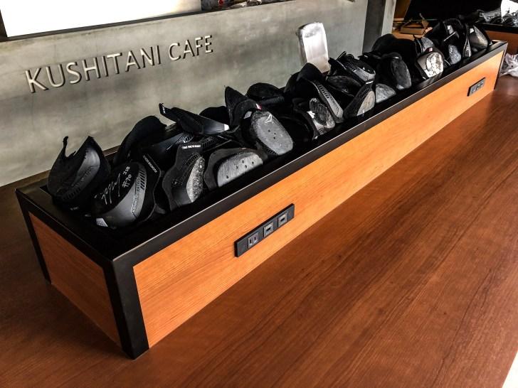 カフェ内には役目を終えたレーシングスーツのバンクセンサー達の展示も
