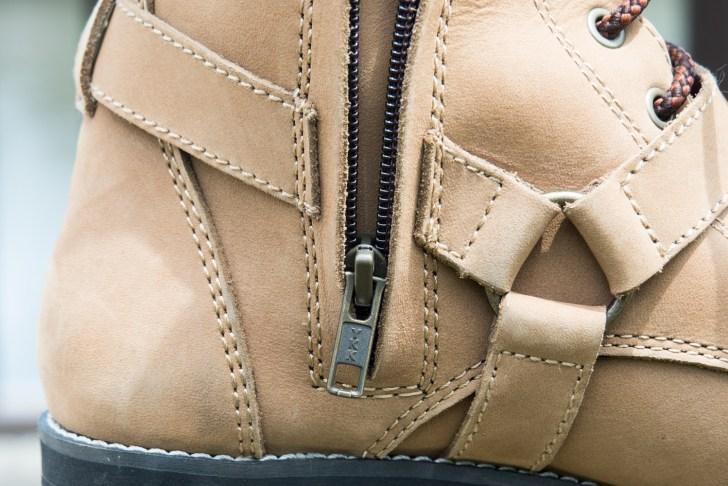 靴の内側部分にサイドジッパー