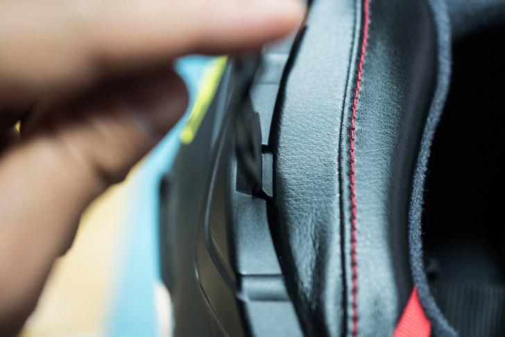 左右のカバーを外す際にはヘルメットに付属されているサービスツールを使用。テコの原理で上に押し上げる感じにすると外れました