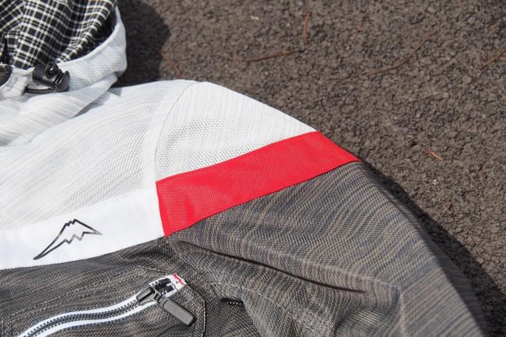 左肩や左ポケットにはアクセントで赤の刺し色が入っています。フード裏や裾の部分にチェックがあるのもお洒落!