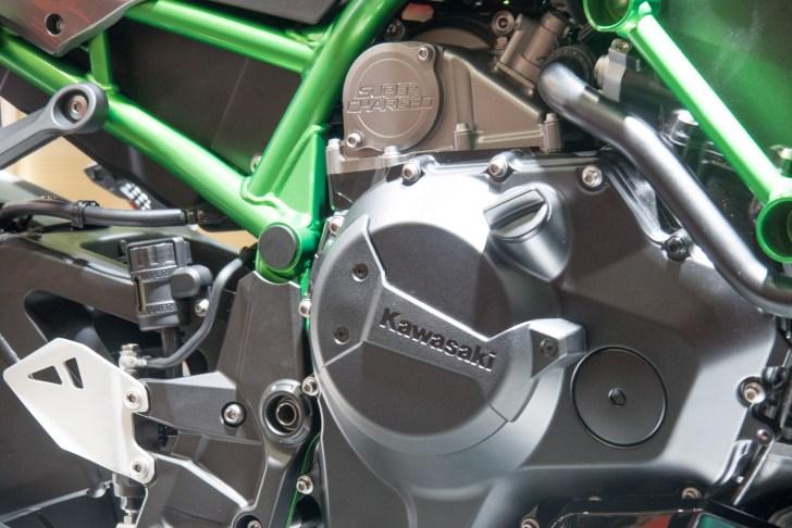 通常はエンジンにスーパーチャージャーを後付けする形になるが、カワサキは同時開発してスーパーチャージドエンジンとした