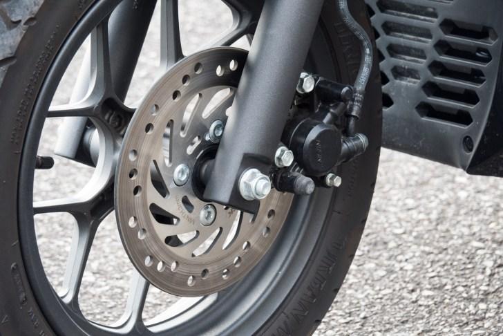 フロントブレーキはシングルディスクに1ポッドキャリパーの組み合わせ