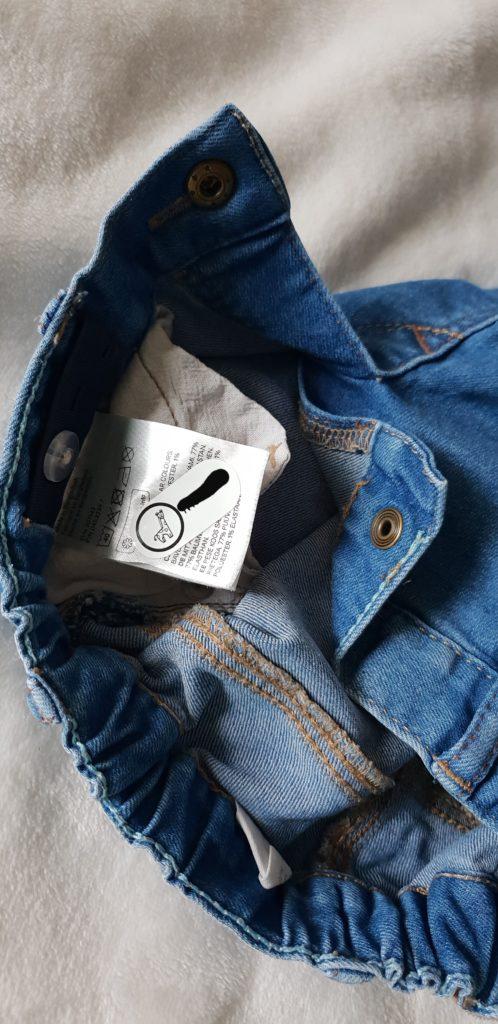 Une étiquette byhappyme sur le pantalon de Bibou