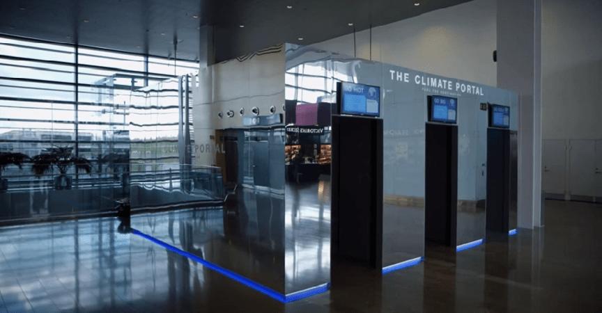Un simulador de clima que muestra a los pasajeros cómo está el tiempo en sus destinos