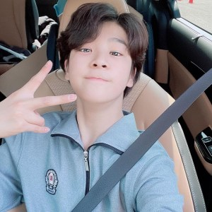 Jeong Dong-won takes a picture going back home after school... A visual with a bright future