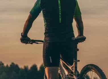 best mountain bike seat - rider holding bicycle seat
