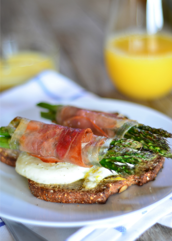 Prosciutto Wrapped Asparagus Eggs Benedict | mountainmamacooks.com