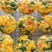 Easy meal prep idea: protein packed eggs cups with spinach, peppers, onion and cheddar. www.mountainmamacooks.com