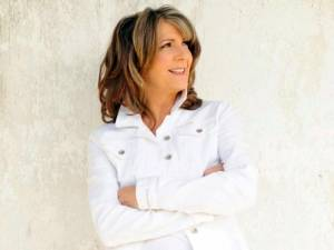 """Continuing a long-standing and successful holiday tour tradition, Kathy Mattea brings her spiritual and eclectic Christmas music program, """"Songs and the Season"""" to Carnegie Hall on Thursday, Dec. 11 at 7:30 p.m. Enjoy food and beverage before the show in the Mainstage Lounge. The Lounge, hosted by First National Bank, will be open from 6:45-7:25 p.m. and will reopen at intermission. Tickets for the Lounge may be purchased at the door or in advance. The show, featuring Kathy's band of stellar musicians in an """"unplugged,"""" acoustic configuration, draws material from her Grammy Award-winning """"Good News"""" album, and from the acclaimed follow-up """"Joy for Christmas Day,"""" along with some newly recovered gems. Also included in the evening's set is a sampling of her best-loved signature songs: """"Love at the Five and Dime,"""" """"18 Wheels and a Dozen Roses,"""" """"455 Rocket"""" and """"Where've You Been?"""" to name just a few, and songs from her latest Grammy-nominated release, """"COAL."""" Twice named Female Vocalist of the Year by the Country Music Association, Kathy Mattea carved out a role for herself in the late 1980s and 1990s as a sensitive yet energetic artist, at ease both with country tradition and free-ranging innovation. The West Virginia native won her first Grammy in 1990, earning the Best Female Country Vocal Performance award for her moving """"Where've You Been,"""" co-written by husband Jon Vezner. With close to 30 Top 40 country hits, including 15 Top 10s and four Number One entries, and five gold albums and a platinum-selling greatest hits compilation, she is among the most successful women in the genre's history, yet her creative spirit has led her to explore musical territory extending well beyond its confines. Please note tickets for this performance are limited. Call 304-645-7917 or visit www.carnegiehallwv.org for availability. Ticket prices for the performance range from $35-$45 with discounts available for members, seniors, students and military. Carnegie Hall's 2014-15 arts pro"""