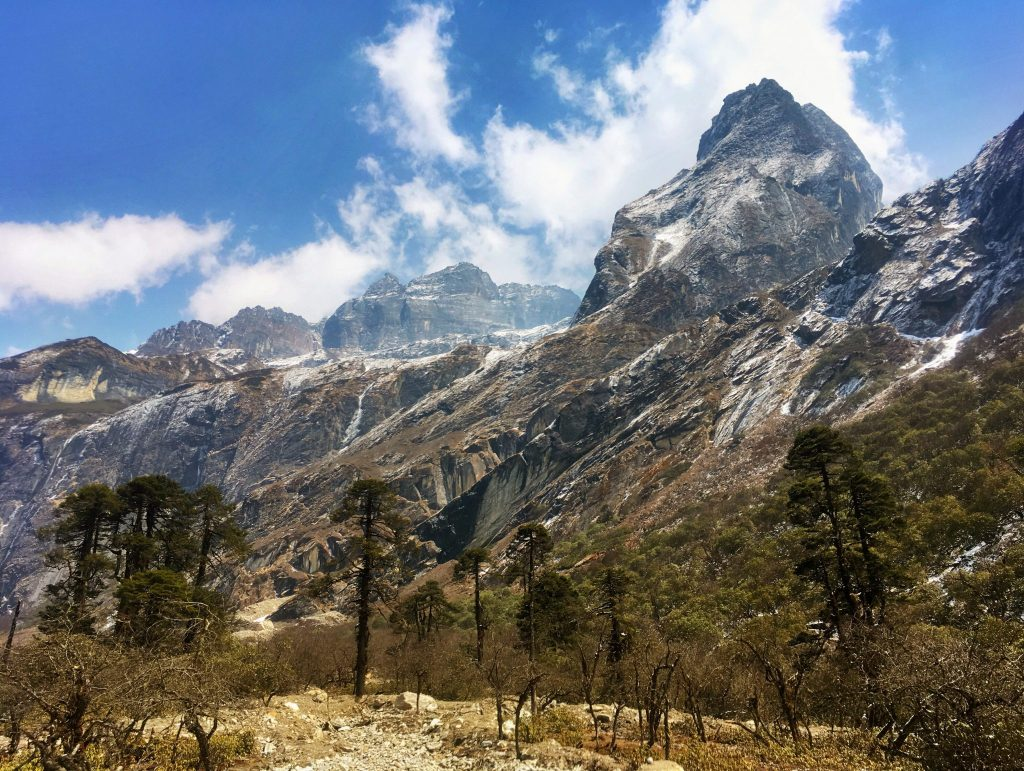 scenery to Makalu Base Camp Trek