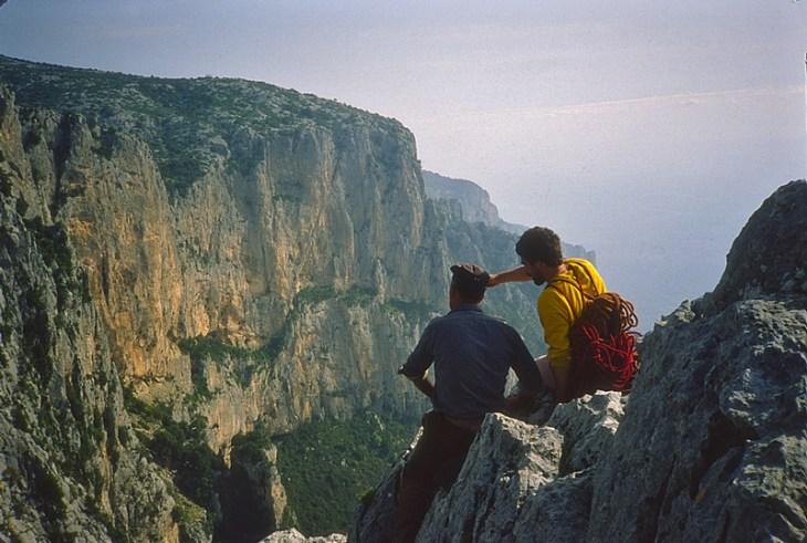 Intaglio di Buch 'e Scala. Monte Ginnircu visto da A. Gogna e pastore prima della salita di Sintomi Primordiali, 1a asc. 1.05.1981