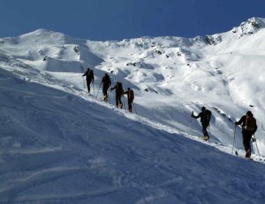 Sci alpinisti in salita (Aineva)