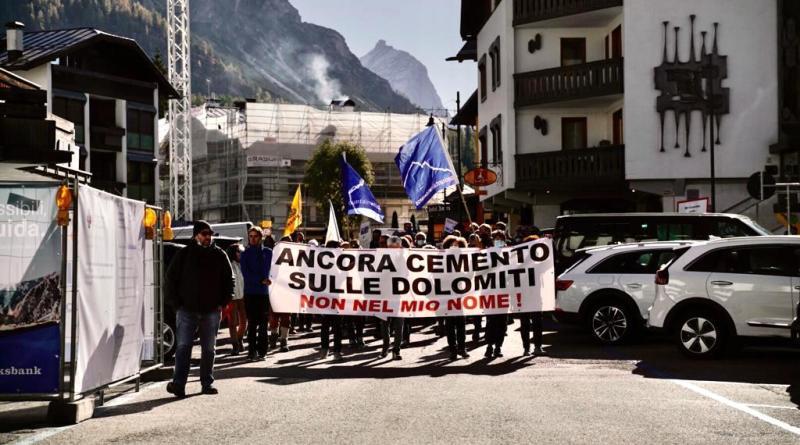 La protesta a Cortina / Olimpiadi sempre più incompatibili