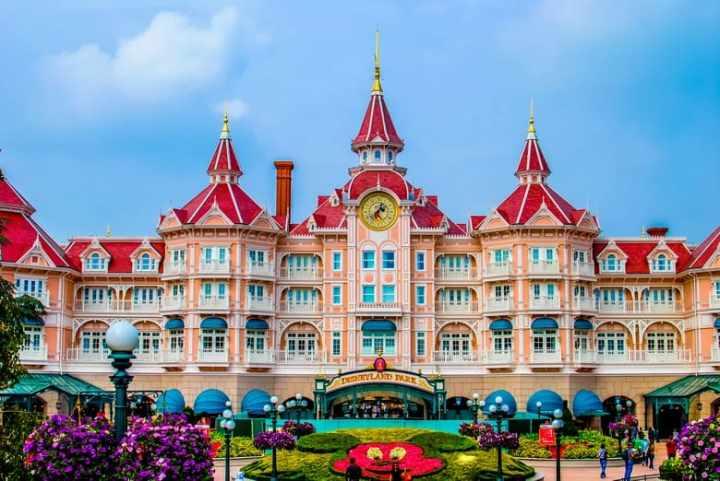 Disneyland Paris Hotel. Disneyland Paris Trip Planning Guide