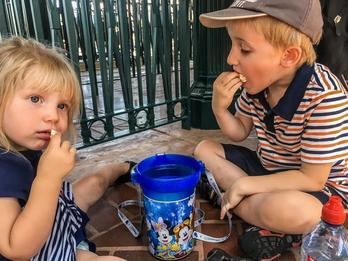 Things for Kids to Do While Waiting in Line at Disney! Here are some great suggestions for helping kids pass the time while waiting in line at a Disney theme park