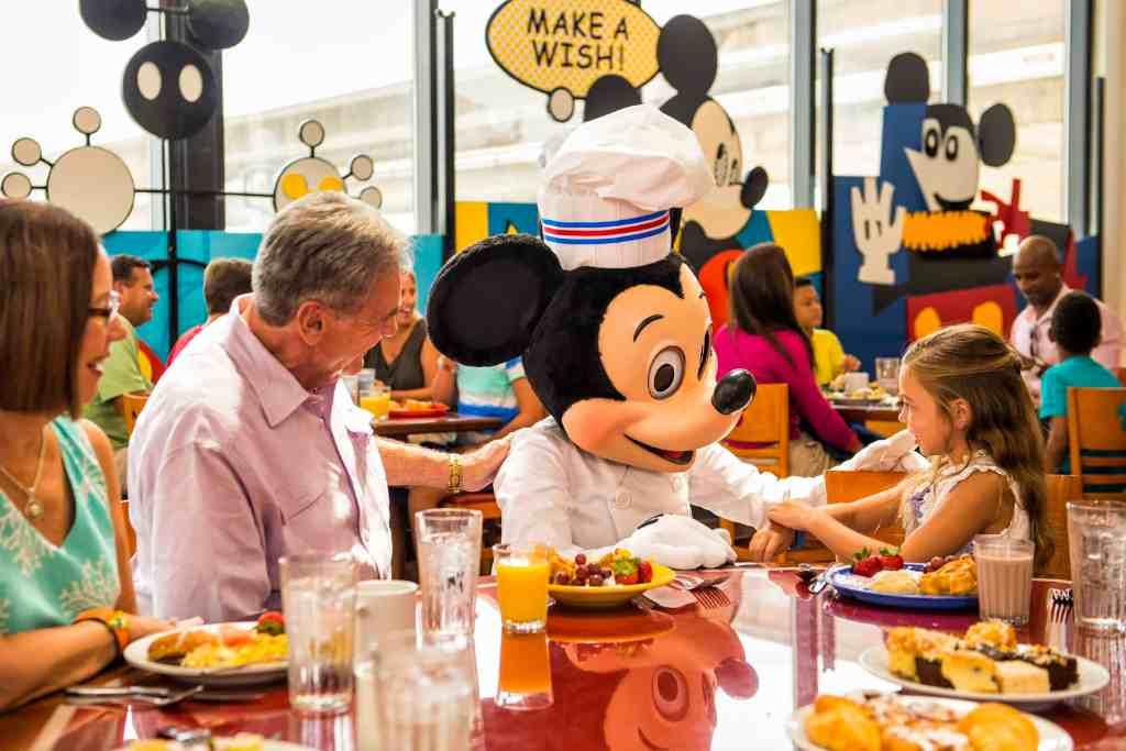 Top 10 Tips for Booking Large Groups for Dining at Disney World #disneytips #disneyonabudget #disneyworld #traveltips #travel #grouptravel