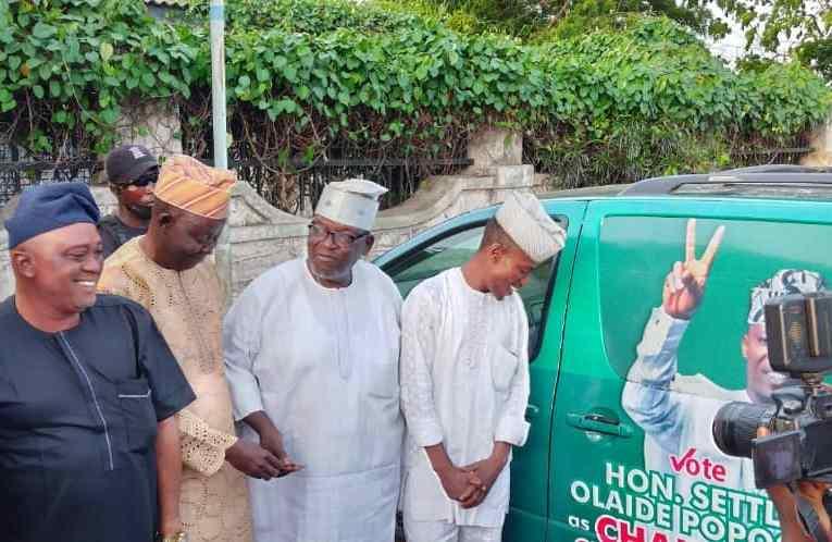 Akeem Olatunji presents bus to Oluyole Chairmanship candidate, Hon. Settle