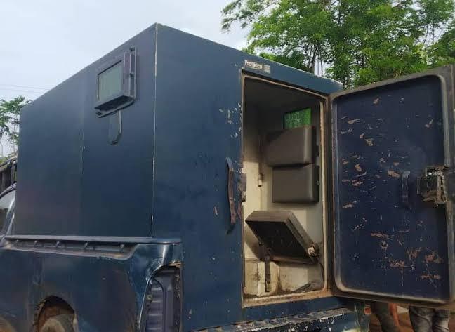 Gunmen cart away undisclosed amount after attacking bullion van