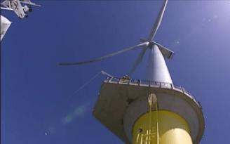 Éolienne géante en mer