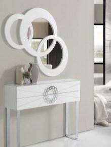 Consola em lacado branco com pés em cromado. Peças de mobiliário que transformam os ambientes.