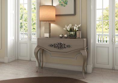 Consola em lacado alto brilho moka com talha decorativa. Peças de mobiliário que transformam os ambientes.