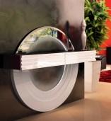 Consola suspensa em carvalho com frentes em lacado alto brilho branco com iluminação LED. Peças de mobiliário que transformam os ambientes.