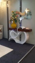 Consola em lacado alto brilho branco com gavetas em pau ferro alto brilho. Peças de mobiliário que transformam os ambientes.