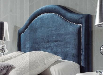 Cabeceira de Cama Monarca com aplicação tachas. Fabricamos cabeceiras de cama por medida.