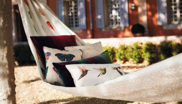 Almofadas decorativas em tecidos estampados.