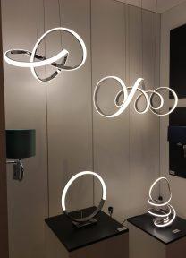 Ambiente com vários candeeiros de LED