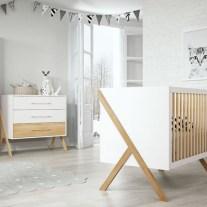 Mobiliário para bebé em carvalho natural e lacado branco. Visite-nos e conheça a nossa colecção de mobiliário para bebé!