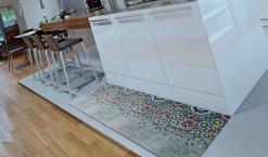 Temos disponíveis vários modelos de carpetes indicadas para o uso em cozinhas e casas de banho. Consulte-nos para mais informações.