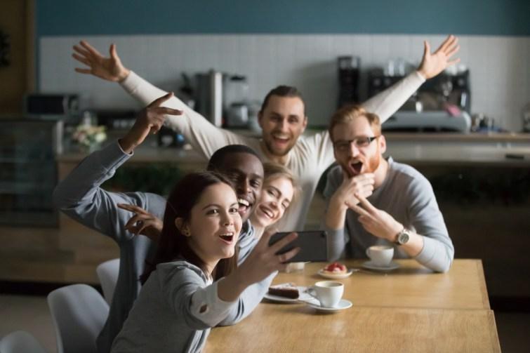 Gruppe Freunden hat Spass nach dem Umzug