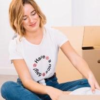 Frau packt ein für beruflich bedingter umzug