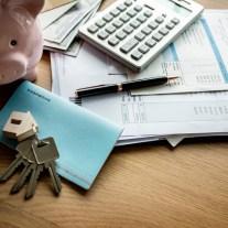 Tisch mit Rechner und Schlüssel zum private Verkauf einer Eigentumswohnung