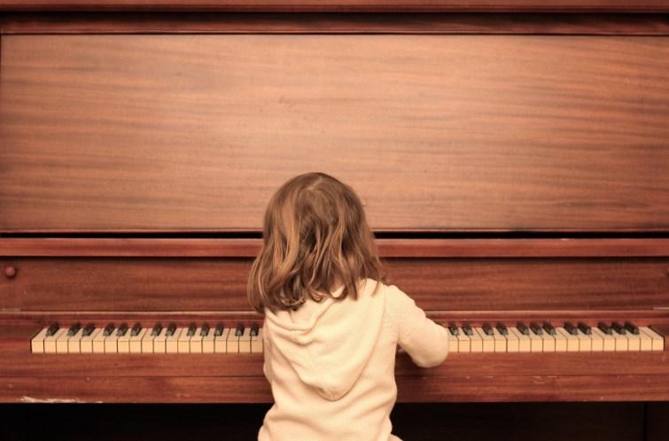 Mädchen spielt Klavier beim Umzug
