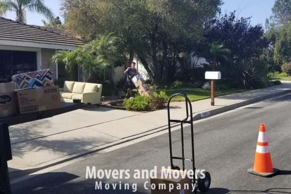Picture of how Movers and Movers use professional dollies to carry boxes and furniture