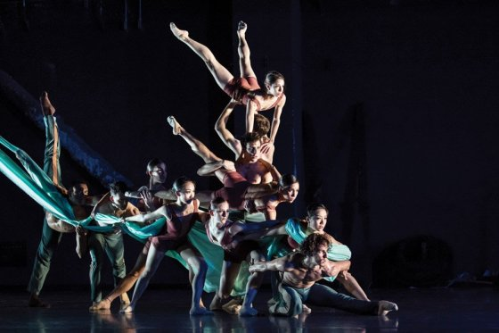 """Cincinnati Ballet dancers perform Archibald's """"Never.Nest"""" in 2017"""