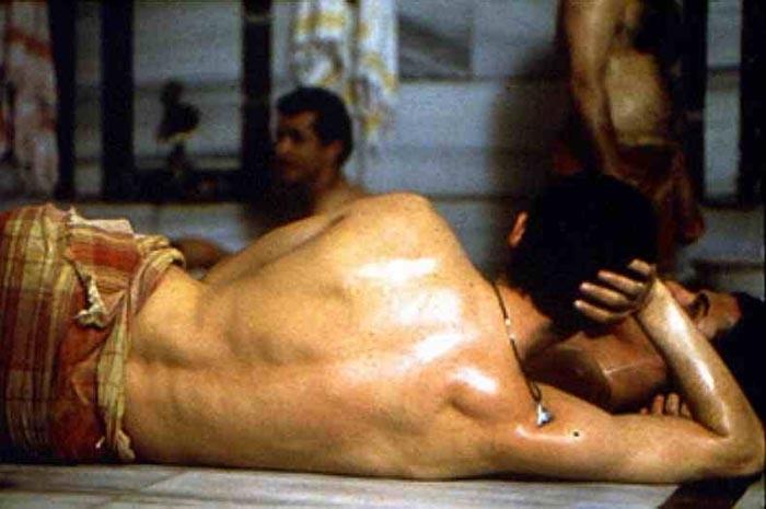 Alessandro Gassman di spalle in una scena de Il bagno turco 4087  Movieplayerit