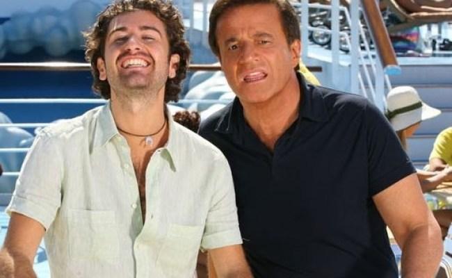 Christian De Sica Accanto A Alessandro Siani In Una Scena